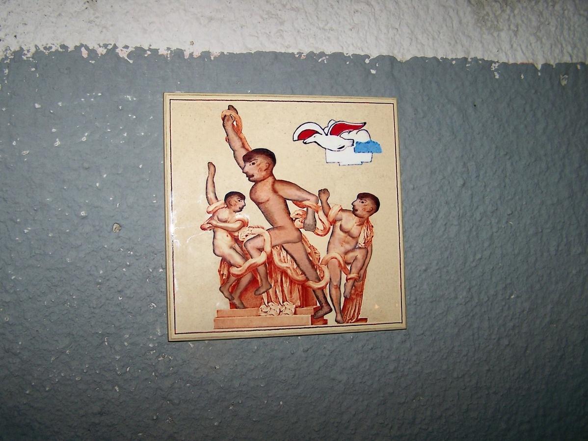 Аллегорию на Лаокоона разместил на стене одного из бассейнов Бэнкси Нижегородский - фото 1