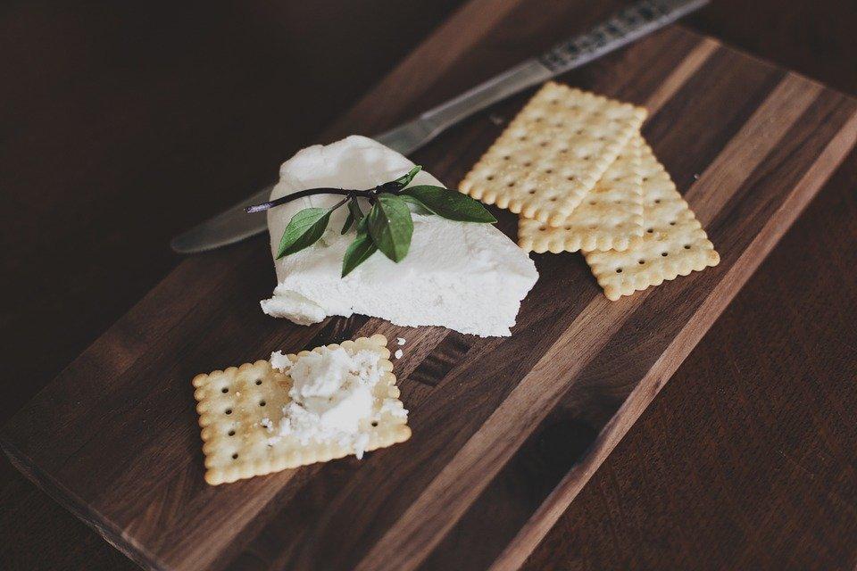 Роскачество признало фальсификатом плавленый сыр трех популярных торговых марок - фото 1