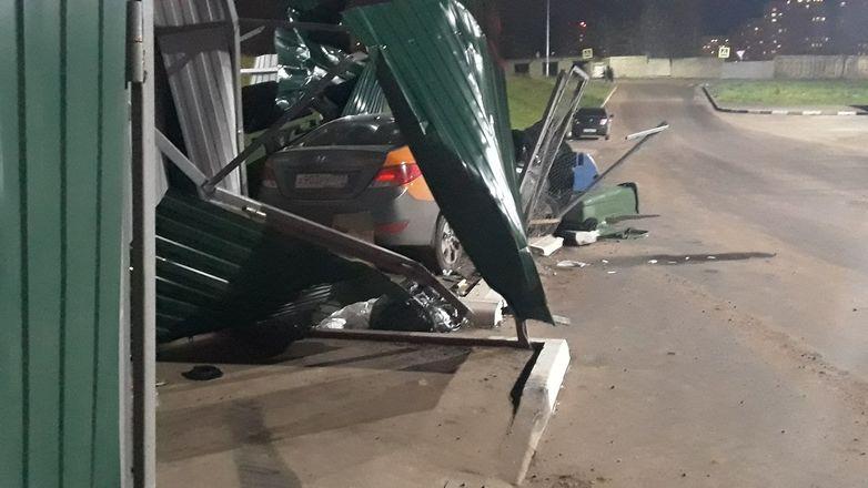 Неосторожный водитель «выкинул» автомобиль каршеринга в мусорку в Нижнем Новгороде - фото 2