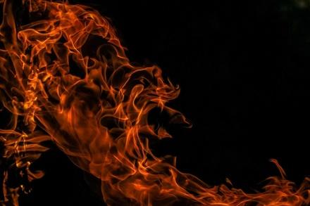 Большой заброшенный дом горел в Семенове