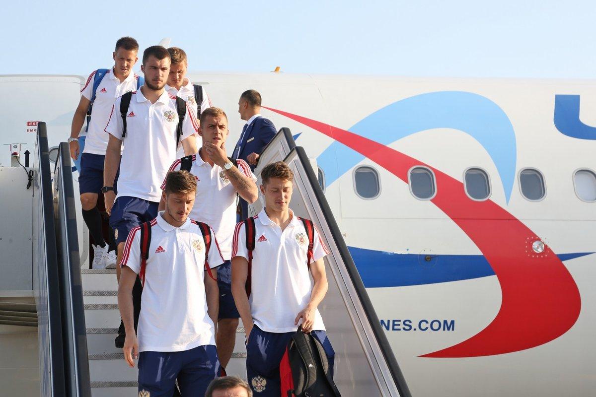 Сборная России по футболу прибыла на матч в Нижний Новгород - фото 1