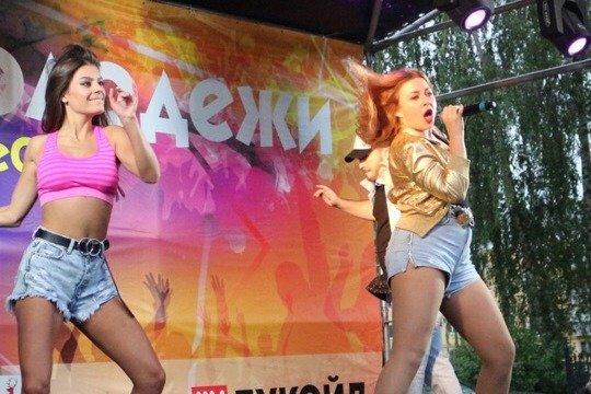 «Танцевали как с бодуна»: неизвестные прикинулись группой «Краски» и выступили на Дне молодежи в Кстове - фото 1
