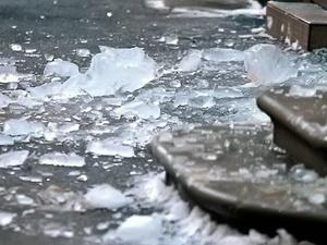 Тяжелую травму головы получил экспедитор в Володарском районе из-за падения глыбы льда