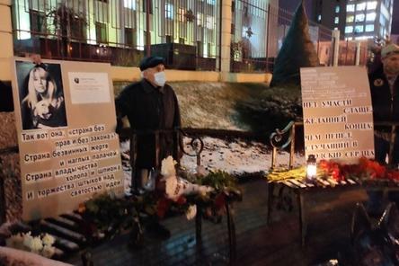 Нижегородцы пришли с цветами и плакатами к месту гибели Ирины Славиной на 40-й день ее смерти