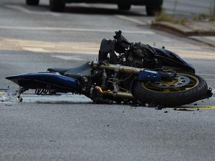 Мотоциклист сломал шею в аварии в Красных баках - фото 1