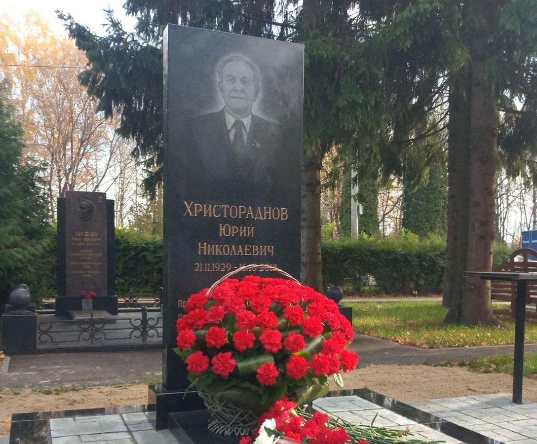 Памятник выдающемуся горьковскому партийному деятелю Юрию Христораднову установили на Старо-Автозаводском кладбище - фото 1