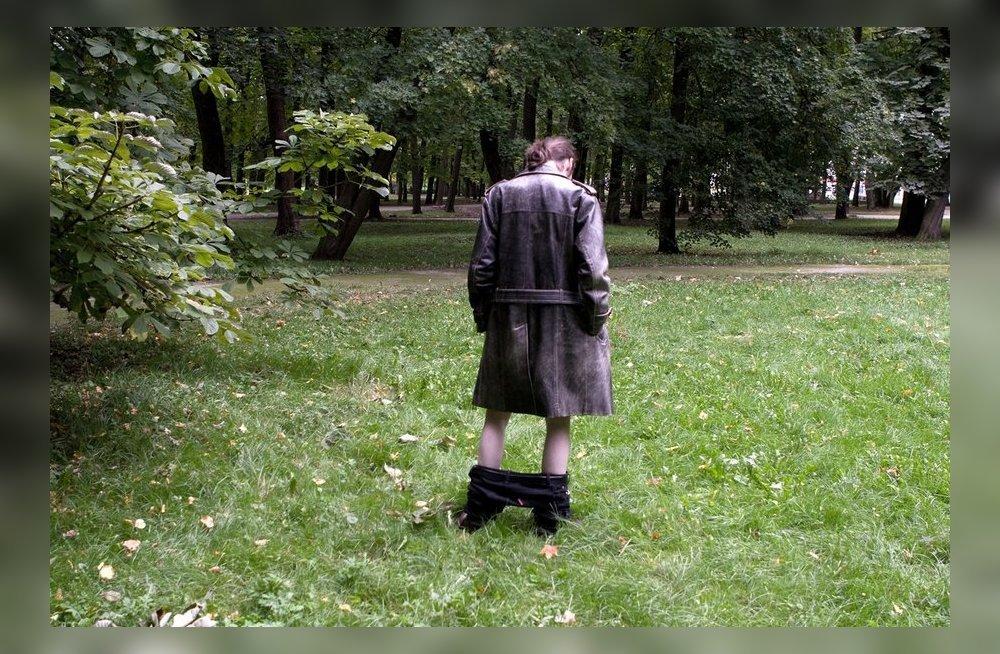 Мужик публично демонстрирует гениталии фото