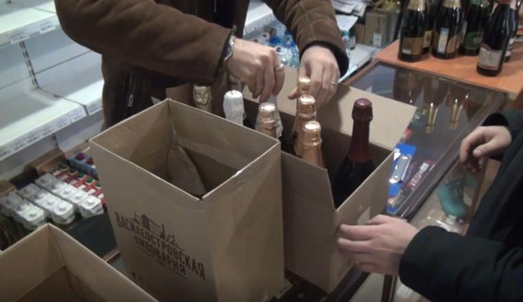 250 литров подозрительного алкоголя изъяли из двух магазинов в центре Нижнего Новгорода - фото 5